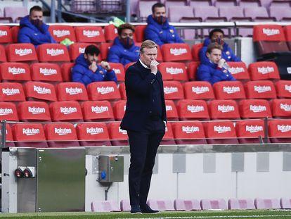 Koeman observa desde la banda durante el Barça-Valencia del pasado sábado. / ERIC ALONSO (GETTY)