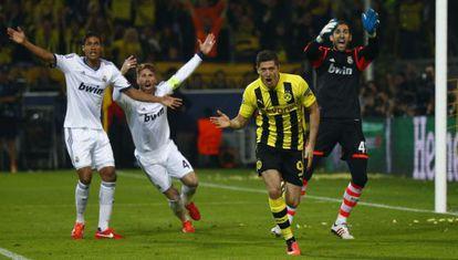 Lewandowski celebra el segundo de sus goles ante las protestas de Varane, Ramos y Diego López.