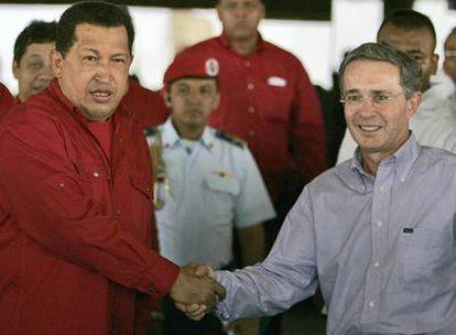 Hugo Chávez y Álvaro Uribe se saludan cordialmente a la llegada de éste último a Venezuela para una reunión bilateral
