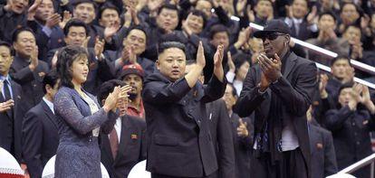 Dennis Roadman aplaude junto a Kim Jong-un y su esposa, durante la visita del jugador a Corea del Norte en febrero.