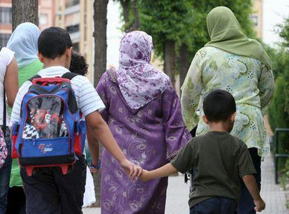 Mujeres con velo transitan por una calle de Tarragona