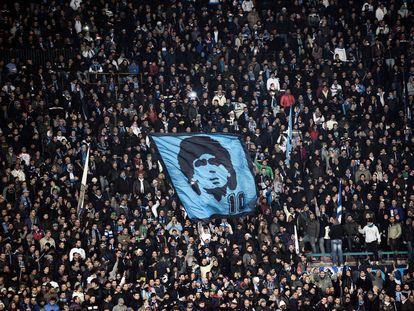 Aficionados del Nápoles en el estadio San Paolo recuerdan a Diego en el 2017.