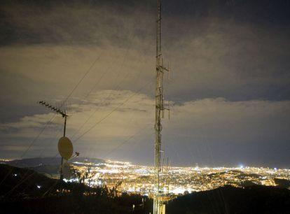 Antena de la emisora esRadio situada en el Tibidabo, en Barcelona.