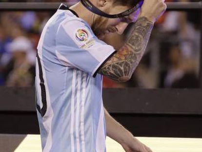 Messi se quita la medalla de subcampeón.