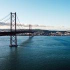 Puente de Lisboa, que cruza el estuario del río Tajo en su desembocadura en el Océano Atlántico.