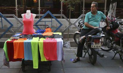 Un vendedor ambulante iraní espera clientes en el centro de Teherán.