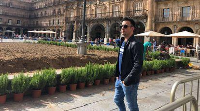 Alejandro Amenábar, en la Plaza Mayor de Salamanca, a la que se han añadido plantas para recrear su aspecto de 1936.