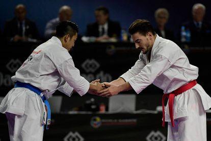 Damian Quintero (D) saluda a Ryo Kiyuna, campeón del mundo.