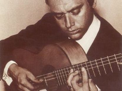 Una imagen de un joven Enrique Escudero a la guitarra.