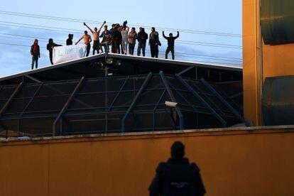 Un policía vigila una protesta en el Centro de Internamiento de Extranjeros de Aluche en 2021, en Madrid