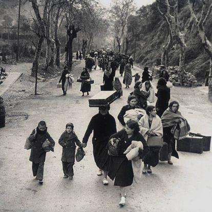 Una larga fila de españoles, cruzando la frontera de Francia en enero de 1939.