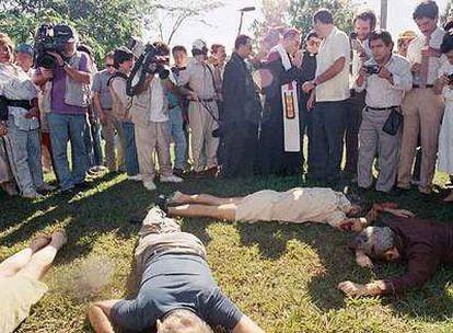El arzobispo de San Salvador, Arturo Rivera, y un grupo de periodistas observan los cuerpos de los asesinados en 1989 en la Universidad Centroamericana.