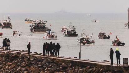 Unas personas observaban este jueves los barcos pesqueros franceses que protestaban frente a la costa de la isla de Jersey.
