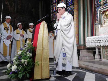 El arzobispo de París, Michel Aupetit, celebra la primera misa en la catedral de Notre Dame tras el incendio. En vídeo, primera misa tras el incendio.