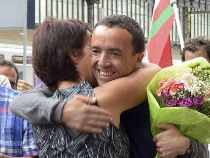 Mikel Irastorza sonría a la salida de la cárcel de Fleury-Mérogis, cerca de París.