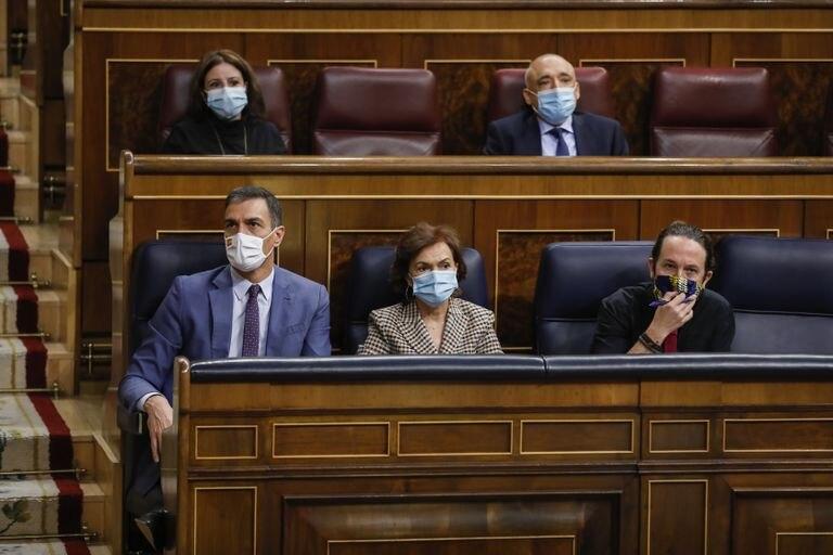 El presidente del Gobierno, Pedro Sánchez; la vicepresidenta primera, Carmen Calvo; y el vicepresidente segundo, Pablo Iglesias, la semana pasada en la sesión de control en el Congreso del Gobierno.