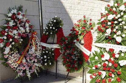 Coronas de flores en el funeral por Rita Barberá