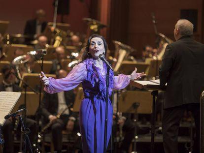 Luz Casal, durante el recital en el Teatro Real.