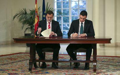 Mariano Rajoy y Pedro Sánchez, en la firma del pacto antiterrorista en La Moncloa en febrero.