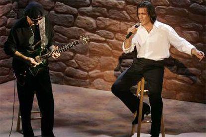 Antonio Banderas (a la derecha) y Carlos Santana cantan <i>Al otro lado del río</i>, de Jorge Drexler, perteneciente a la banda sonora de la película<i> Diarios de motocicleta</i>.