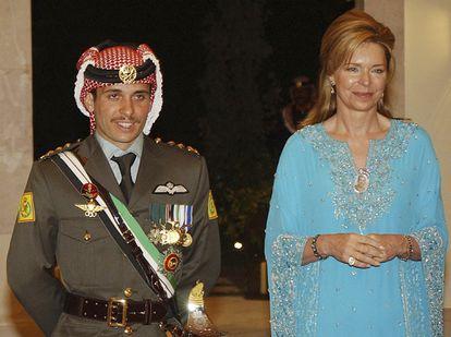 El príncipe Hamzah con su madre, la reina Noor, en una foto de archivo de mayo de 2004.