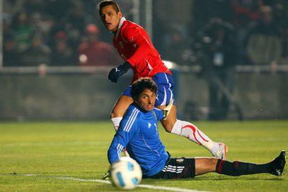 Alexis Sánchez remata ante el portero Michel en el Chile-México.