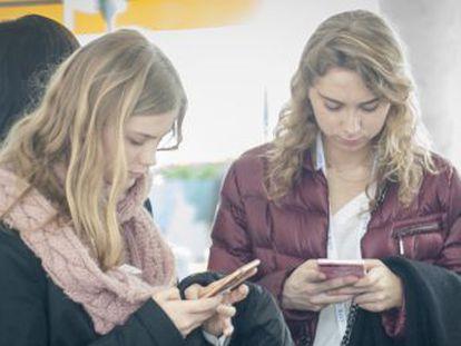 El 96,8% de las personas entre 14 y 24 años prefiere usar las aplicaciones de mensajería para comunicarse con familiares y amigos