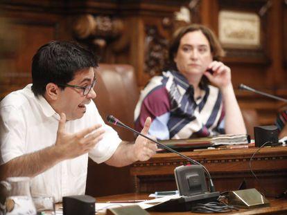 Gerardo Pisarello y Ada Colau en el pleno del Ayuntamiento de Barcelona.