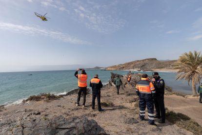 Búsqueda de los desparecidos del naufragio de una patera a 300 metros de la costa de Mazarrón.