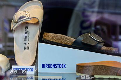 Un escaparate con sandalias Birkenstock en Berlín.