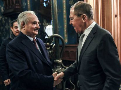 Jalifa Hafter y Serguéi Lavrov, este lunes en Moscú.