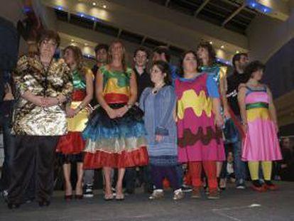 """GRA090. OVIEDO, 31/12/2013.- Fotografía cedida por la organización de """"Integración y pasarela"""", del desfile de moda protagonizado el pasado viernes en Oviedo por la diseñadora asturleonesa con síndrome de Down """"Lady Isabel"""" (c)."""