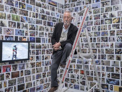 Nazario posa durante el montaje de su retrospectiva en la instalación 'Plaza Real', en el CAAC de Sevilla.