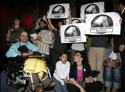 Un grupo de jóvenes interrumpe la lectura continuada del Quijote en el Círculo de Bellas Artes.