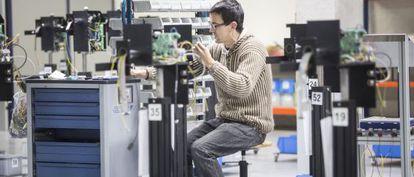 Un trabajador de la empresa UBS (United Barcode Systems) de Vilassar de Mar (Barcelona).
