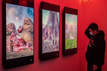 Pinturas digitales del artista Beeple en una exhibición de arte criptográfico titulada 'Nicho virtual: ¿Alguna vez has visto memes en el espejo?', una de las primeras exposiciones físicas de arte 'blockchain' en el mundo. Beijing el 26 de marzo de 2021.