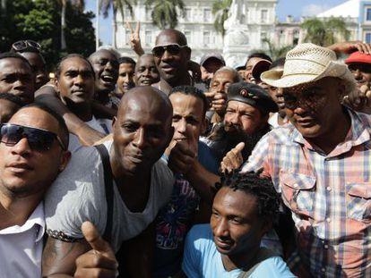 El pelotero José Ariel Contreras (segundo por la izquierda) rodeado de seguidores en La Habana
