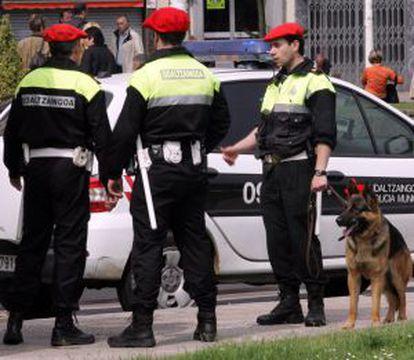 Policías municipales patrullan en una calle de Bilbao.