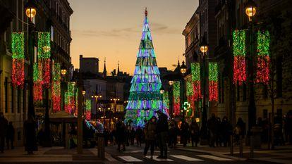 Luces de Navidad a primeros de diciembre, en el centro de Madrid.