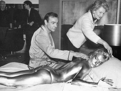 James Bond, en abril de 1964, en el rodaje de 'Goldfinger', con Shirley Eaton cubierta de pintura dorada.