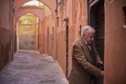 El escritor Juan Goytisolo, en la puerta de su casa en Marrakech.
