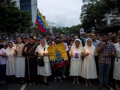 Monjas y sacerdotes encabezan una marcha en junio de 2017 en recuerdo de un joven que murió en Caracas en un choque con la policía durante las jornadas de protestas.