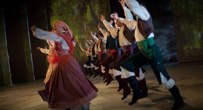 Bailarines del Ballet Nacional durante un pasaje de 'Sorolla'.