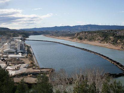 Complejo químico de Ercros, junto a los diques que limitan la parte contaminada del pantano de Flix.