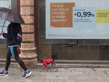 Anuncio de hipotecas en una sucursal bancaria de Sevilla.