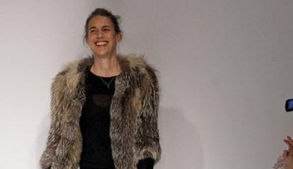 Isabel Marant, al finalizar su desfile de la coleccion otoño-invierno 2013-2014 en la semana de la moda de París.