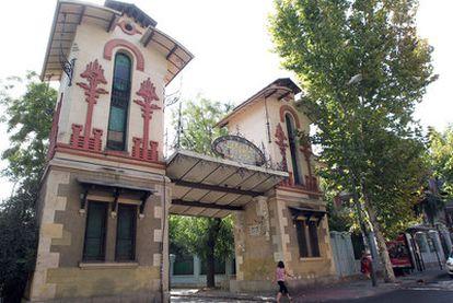 Decoración de ladrillo, cerámica y rejería en la entrada de la Colonia de la Prensa.