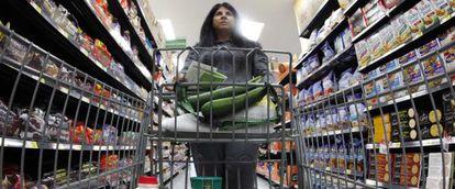 Una clienta hace la compra en un supermercado Walmart de Chicago.