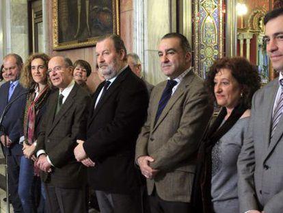 Areso (quinto por la derecha), con Bengoetxea a su lado, presenta los cambios en el equipo de gobierno bilbaíno.