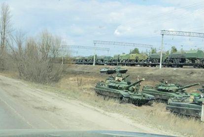 Fotograma de un vídeo que muestra tanques y vehículos militares rusos cerca de la ciudad de Voronezh, no lejos de la frontera con Ucrania.